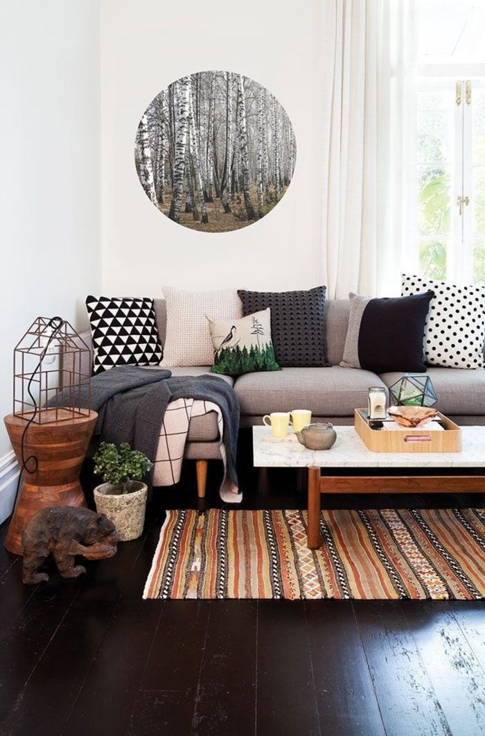 le-plus-beau-salon-avec-un-joli-tapis-shaggy-à-rayures-beiges-et-rouges-avec-une-jolie-table-basse-de-salon