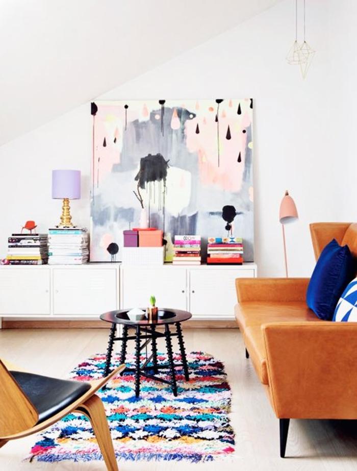 le-plus-beau-salon-avec-un-joli-tapis-shaggy-coloré-dans-le-salon-sous-pente