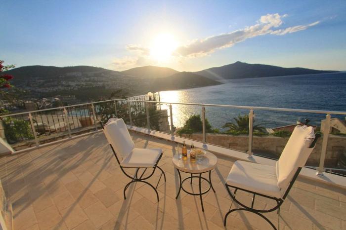 les-plus-beaux-paysages-du-monde-avec-un-joli-balcon-avec-une-vue-magnifique-vers-la-mer-et-le-coucher-de-soleil