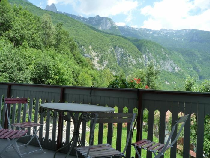 les-plus-beaux-sites-de-france-avec-une-vue-depuis-la-terrasse-vers-la-montagne