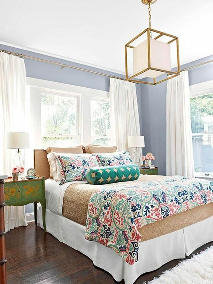 linge-de-lit-coloré-parquette-foncé-couverture-de-lit-mur-gris-lustre-en-fer-sol-en-parquette-foncé