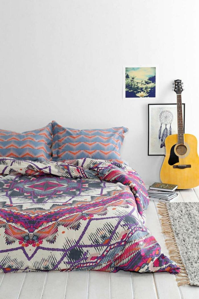 linge-de-lit-coloré-sol-en-planchers-blancs-mur-blanc-peinture-murale-mur-blanc
