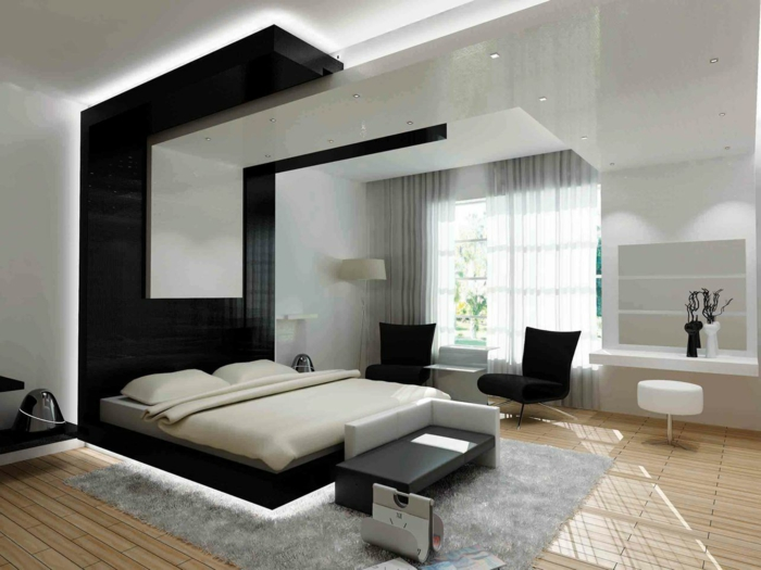 lumière-sous-le-lit-tapis-gris-parquette-clair-en-bois-fenetre-grande-rideaux-gris-chaises-noires