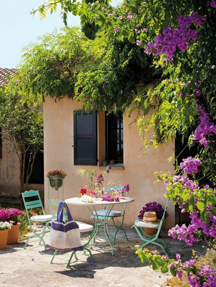 maison-avec-fleurs-sur-les-murs-plante-grimpante-persistant-fleurs-violets-d-extérieur-maison