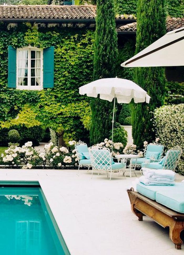 maison-avec-plante-grimpante-ombre-piscine-dans-le-jardin-maison-de-luxe-chaises-longues