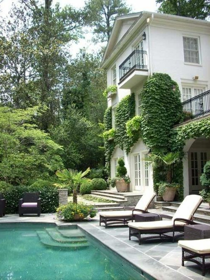 maison-de-luxe-avec-lierre-vert-maison-avec-piscine-mur-extérieur-avec-lierre-vert