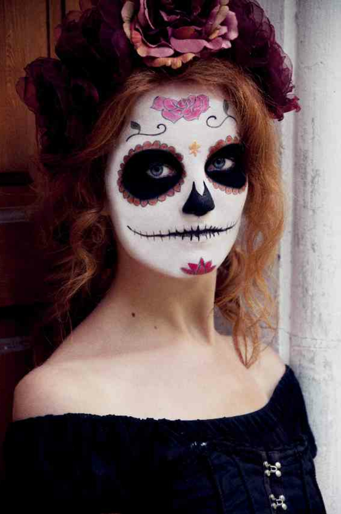 maquillage-halloween-femme-maquillage-zombie-rose-fleurs-mortes-resized