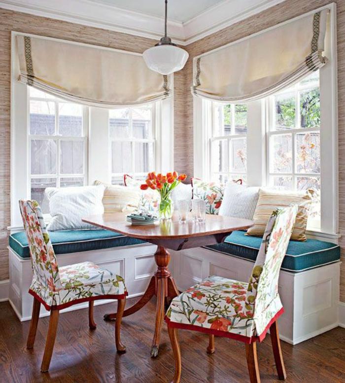 matelas-pour-banquette-deux-bancs-d'angle-sous-une-fenêtre-blanche