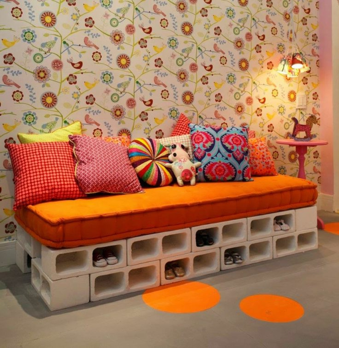 matelas-pour-banquette-un-banc-de-rangement-unique-habillée-en-matelas-orange
