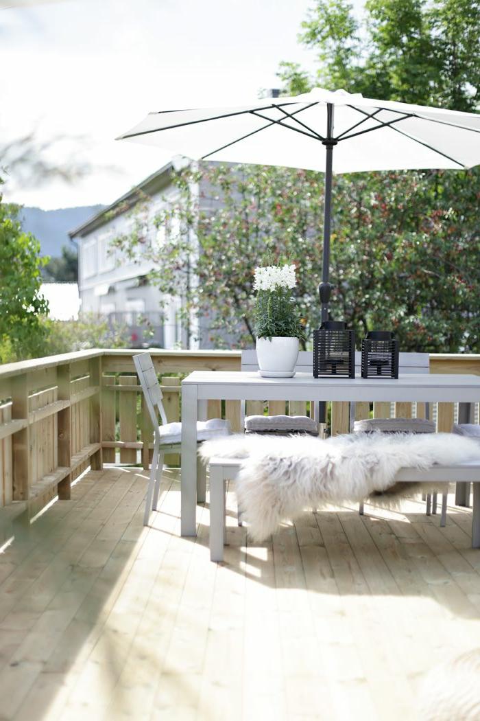 meubles-d-extérieur-table-et-chaises-de-balcon-parasol-de-balcon-blanc-meubles