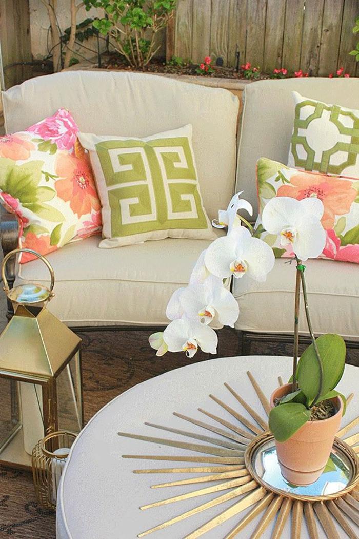 miroir-décoratif-alinea-miroir-desgn-pour-la-table-de-salon-ronde-canapé-beige