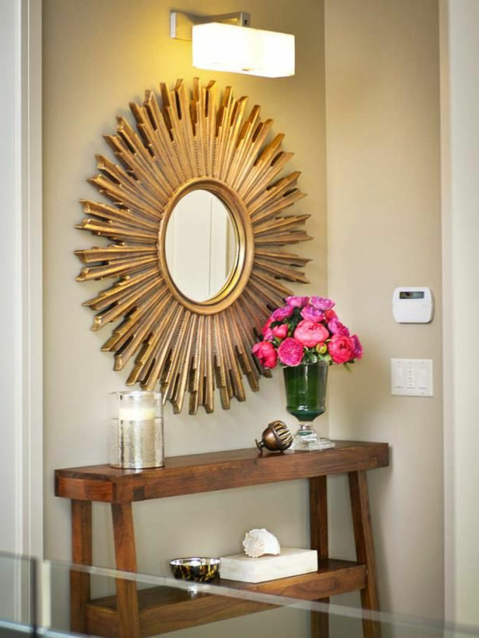 miroir-en-forme-de-soleil-fleurs-sur-le-meubles-d-appoint-dans-le-couloir-murs-beiges