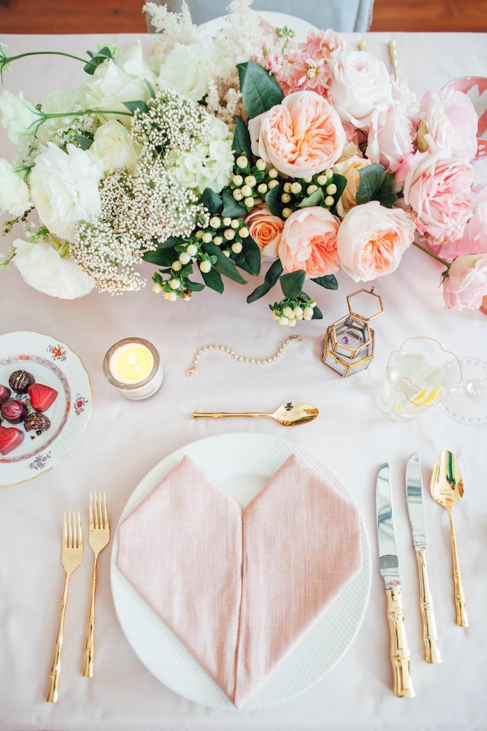 pliage de serviette chic et glamour pour mariage style romantique champetre chic, serviette en forme de coeur, centre de table fleurs pastel