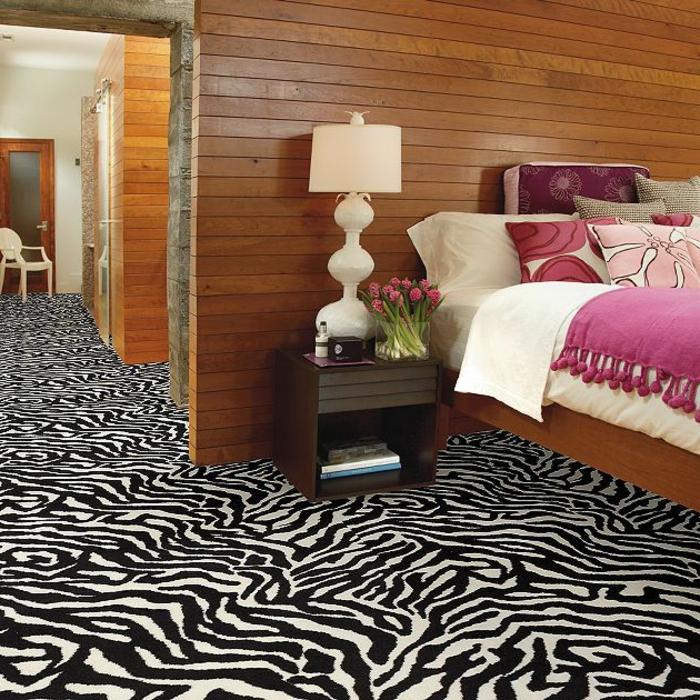 moquette-zèbre-murs-en-planchers-lampe-de-chevet-blanche-deco-zere-tapis-du-zebre