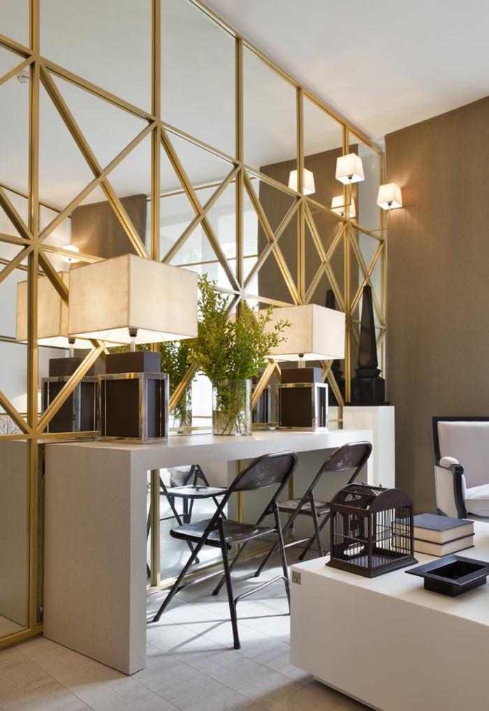 mur-avec-miroir-décoratif-decoration-avec-miroir-chaises-noirs-bureau-blanc-fleurs-sur-le-bureau