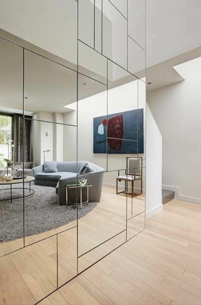 mur-avec-miroir-décoratif-decoration-avec-miroir-dans-la-chambre-à-coucher-moderne-sol-en-parquette