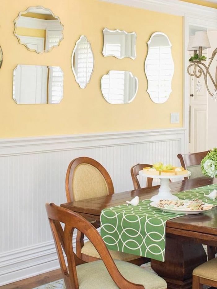mur-jaune-miroirs-ikea-miroir-décoratif-table-en-bois-massif-foncé-table-de-salon