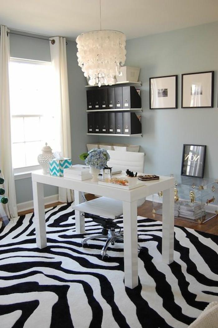 murs-bleus-lustre-blanc-fenetre-coin-de-travail-moderne-bureau-en-bois-de-couleur-blanc