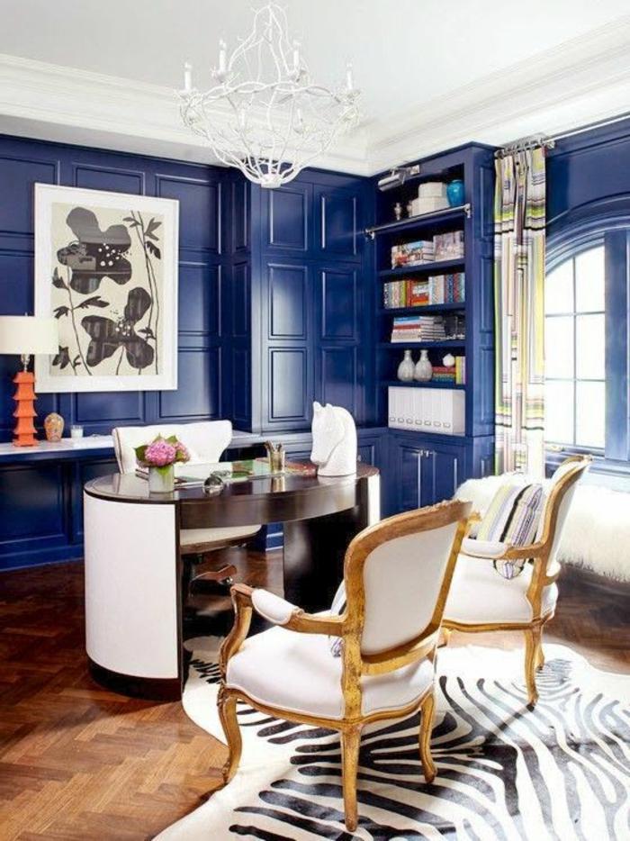 murs-bleus-un-joli-coin-de-travail-avec-bureau-chaise-beige-parquette-en-bois-fleurs-sur-le-bureau