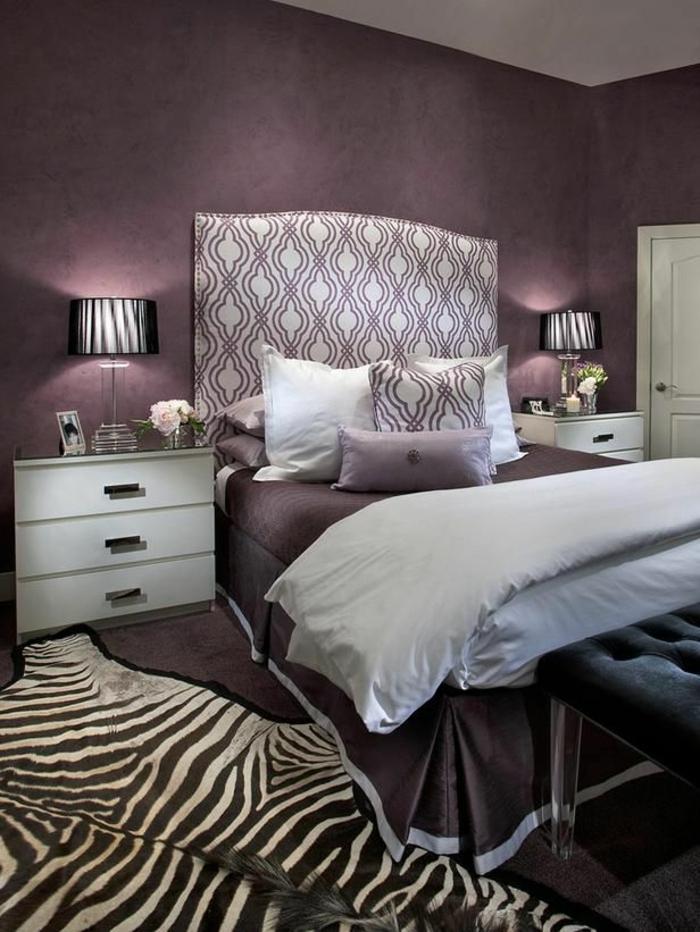 murs-violets-tapis-en-peau-d-animal-table-de-chevet-blanche-linge-de-lit-tapis-zèbre