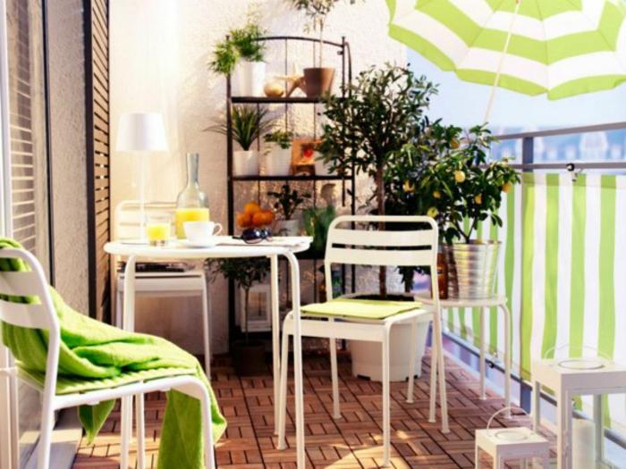 parasol-de-balcon-a-rayures-vertes-blanches-meubles-de-balcon-prendre-un-petit-dejeuner-sur-la-terrasse