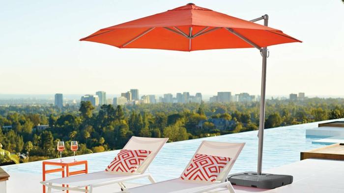 parasol-de-balcon-autour-de-la-piscine-infinity-belle-vue-vers-la-ville