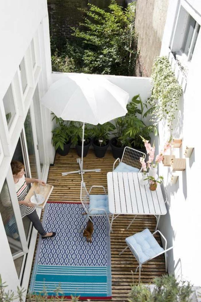 parasol-de-balcon-blanc-extérieur-moderne-sol-en-planchers-bois-meubles-d-extérieur