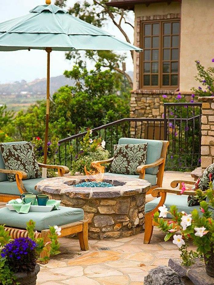 parasol-de-balcon-extérieur-modrne-meubles-d-extérieur-maison-en-pierre-cour-jardin