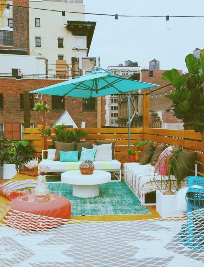 parasol-de-balcon-meubles-d-extérieur-une-jolie-terrasse-avec-parasol-d-extérieur