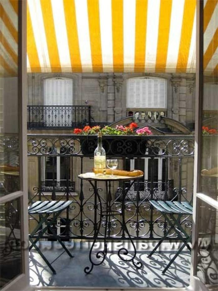 parasol-jardiland-coloré-terrasse-avec-parasol-de-balcon-déporté-parasol-à-rayures-blanc-jaune
