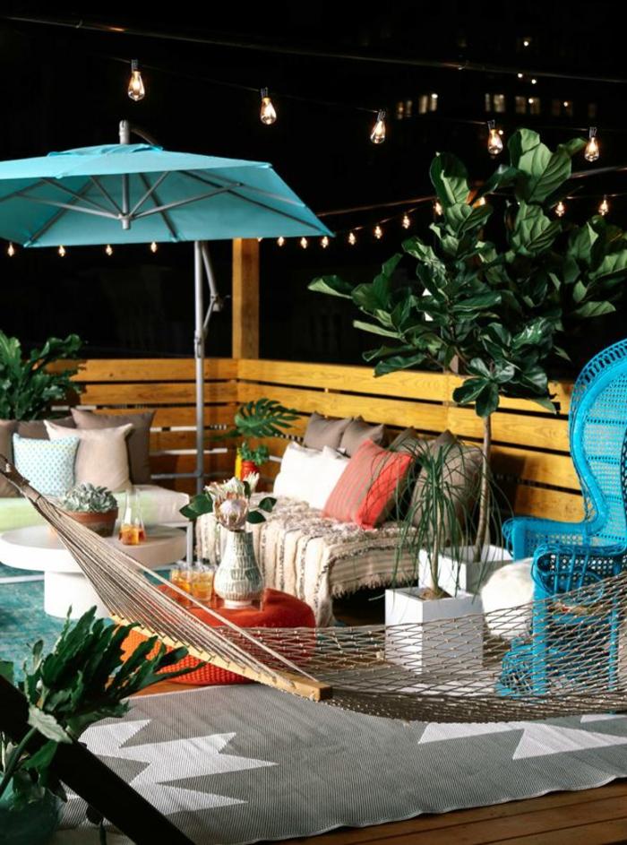 parasol-truffaut-une-jolie-terrasse-avec-parasol-de-balcon-meubles-d-extérieur-modernes