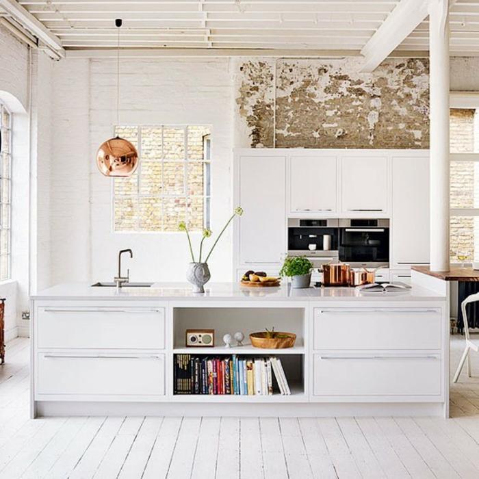 parquet-blanc-îlot-de-cuisine-blanc-suspension-cuivrée