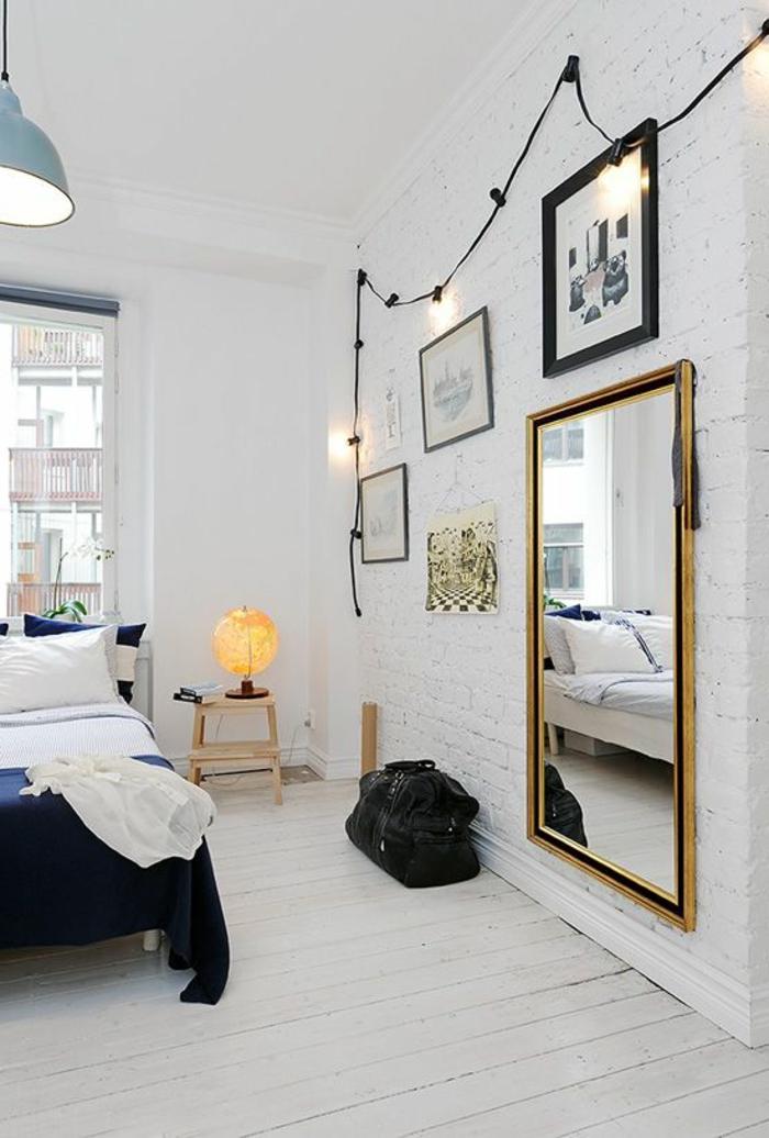 parquet-blanc-déco-avec-ampoules-électriques-miroir