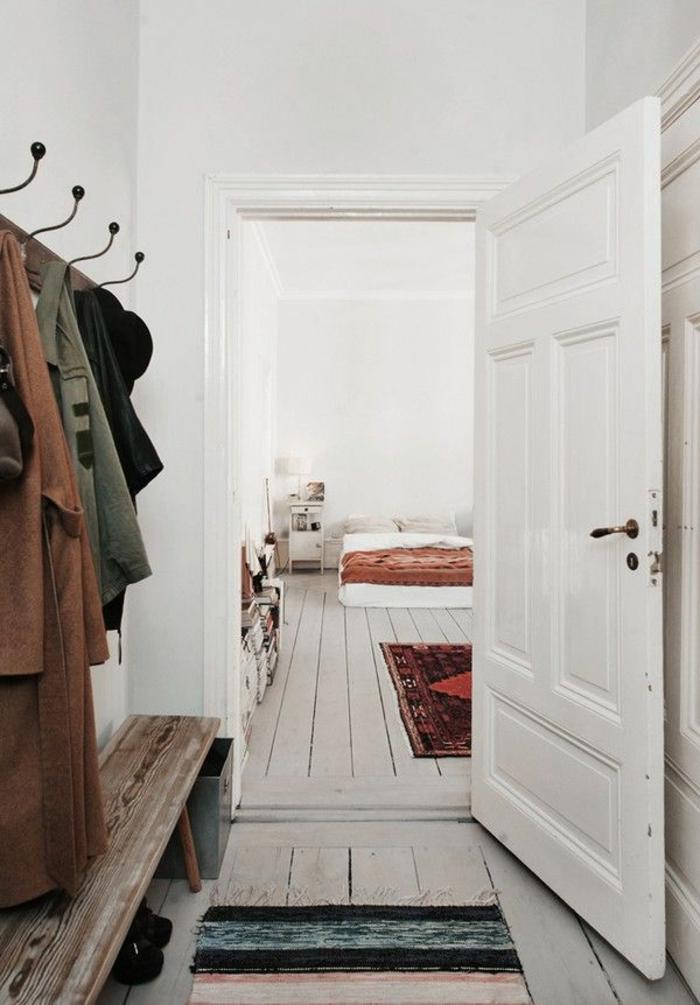 parquet-blanc-dans-l'entrée-porte-manteau-vintage