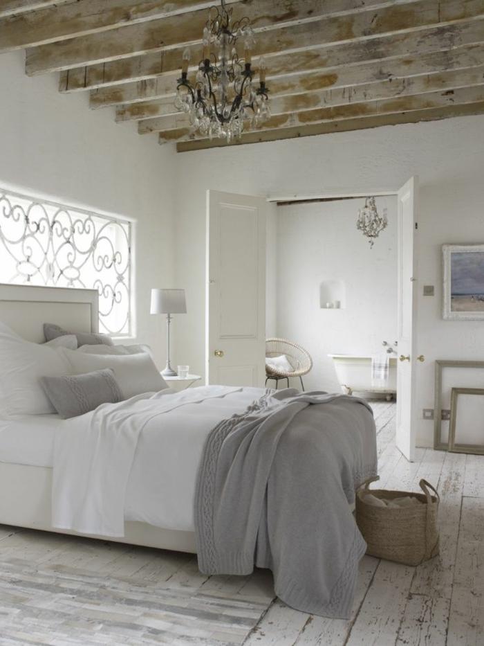 parquet-blanc-et-plafond-rustique-en-bois-clair