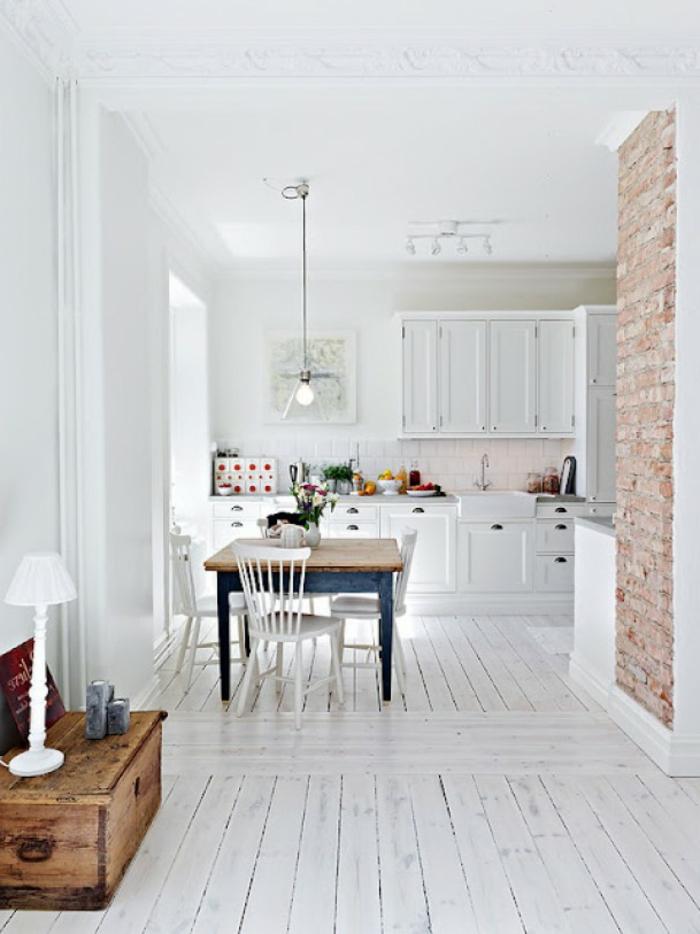 parquet-blanc-petit-mur-en-briques-placards-blancs