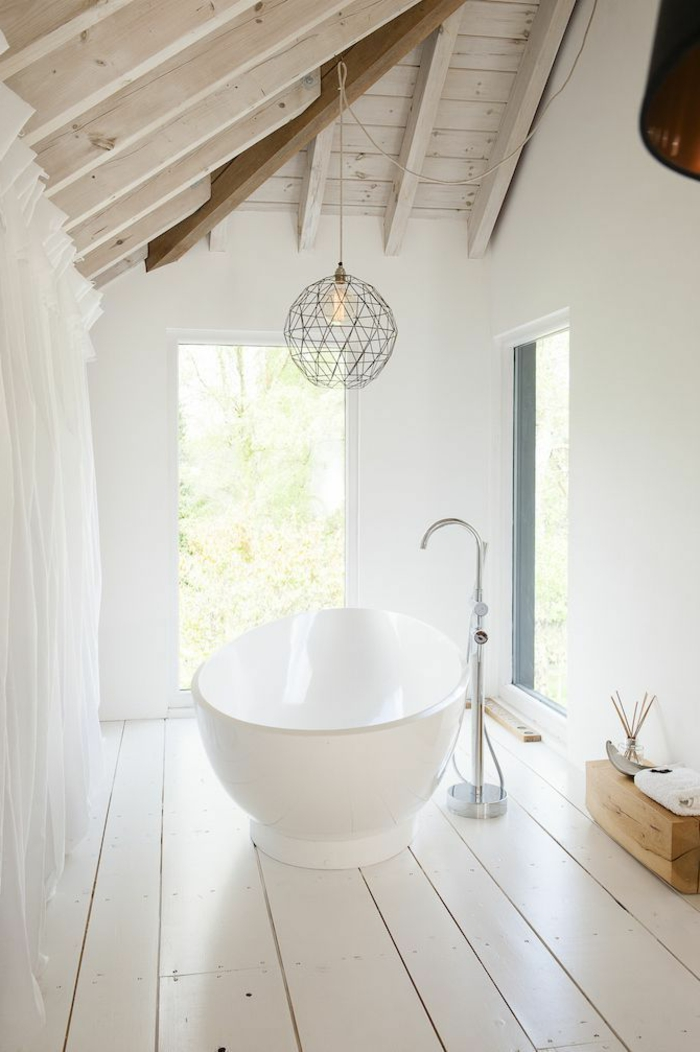 parquet-blanc-une-baignoire-dans-une-salle-attique