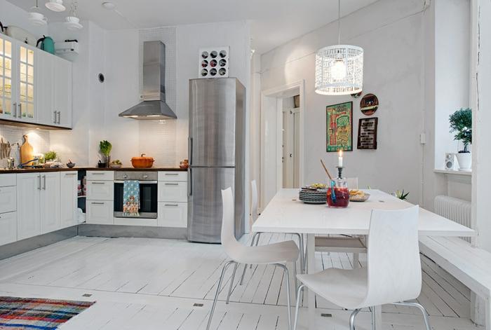 parquet-blanc-une-cuisine-blanche-frigo-et-hotte-métalliques
