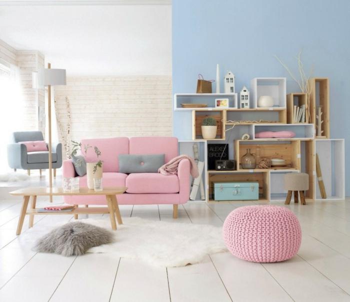 parquet-blanc-un-pouf-rose-sofa-rose-étagères-cubes
