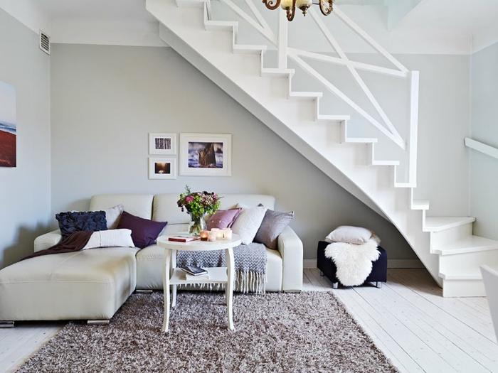 parquet-blanc-une-salle-de-séjour-sous-un-escalier