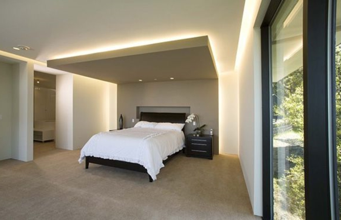 plafond-faux-dans-la-chambre-à-coucher-couverture-blanche-lampe-de-plafond-moquette-beige