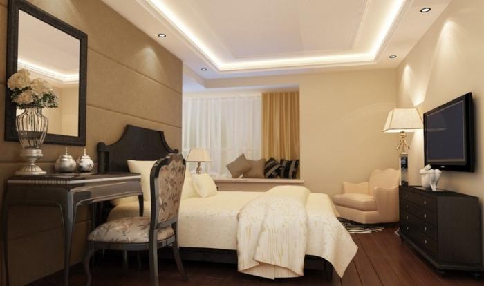 plafond-faux-dans-la-chambre-à-coucher-couverture-blanche-miroir-mural-chaise-baroque