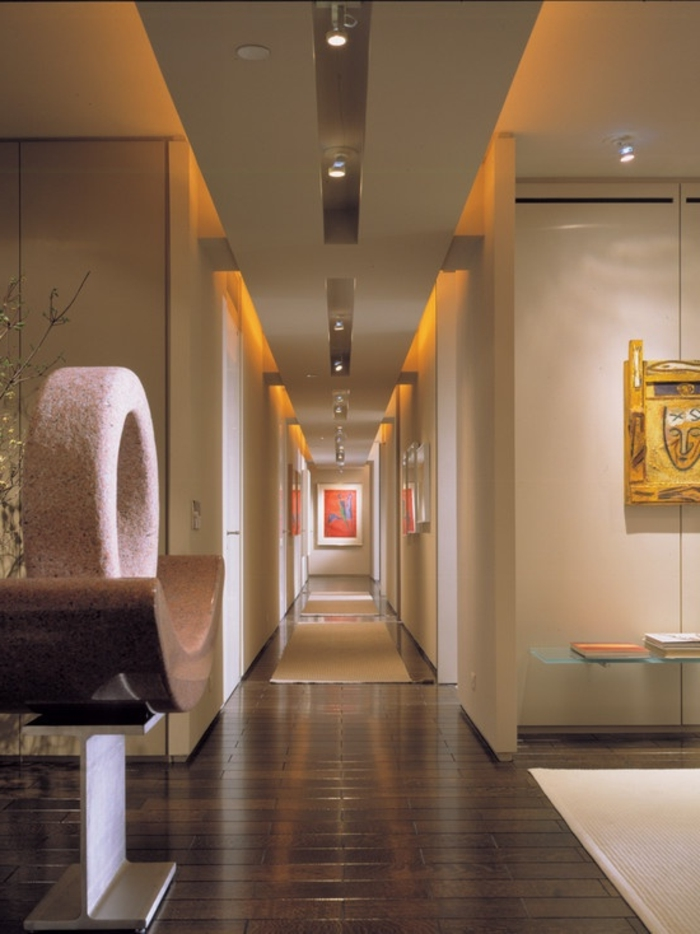 plafond-suspendu-placo-quel-plafond-pour-le-couloir-de-la-maison-moderne-parquette-en-bois-foncé