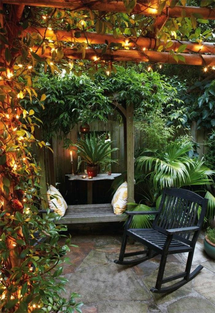 plante-grimpante-ombre-dans-le-jardin-chaise-berçante-en-bois-noir-plante-verte-de-jardin