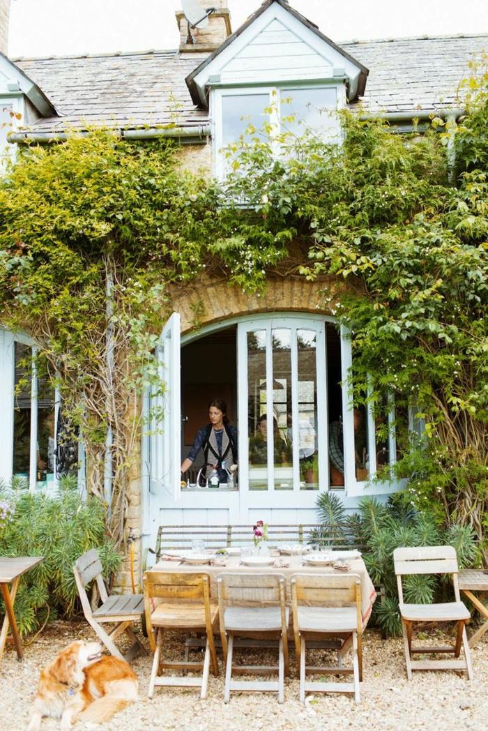 plante-grimpante-ombre-table-et-chaises-en-bois-clair-maison-à-la-campagne
