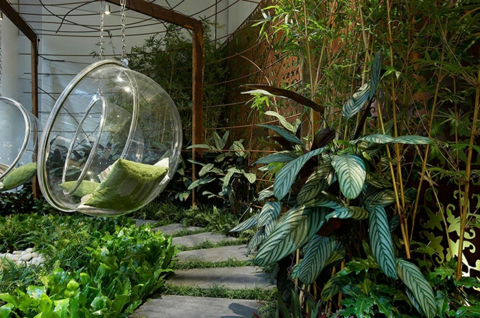 planter-des-bambous-chaise-suspendue-acrylique-et-bambou-planté