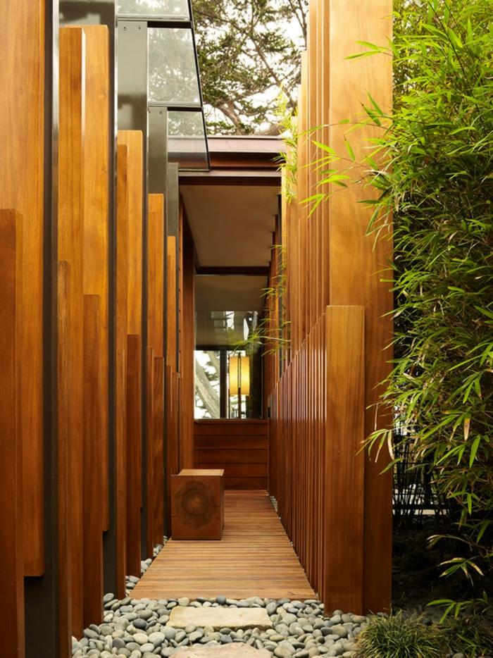 planter-des-bambous-extérieur-de-maison-moderne-avec-bambous-plantés-à-l'entrée