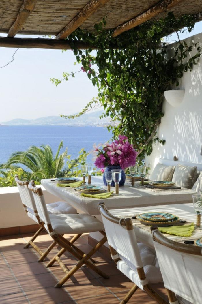 plantes-grimpantes-extérieur-maison-salon-de-jardin-avec-belle-vue-vers-le-mer-sol-en-carrelage