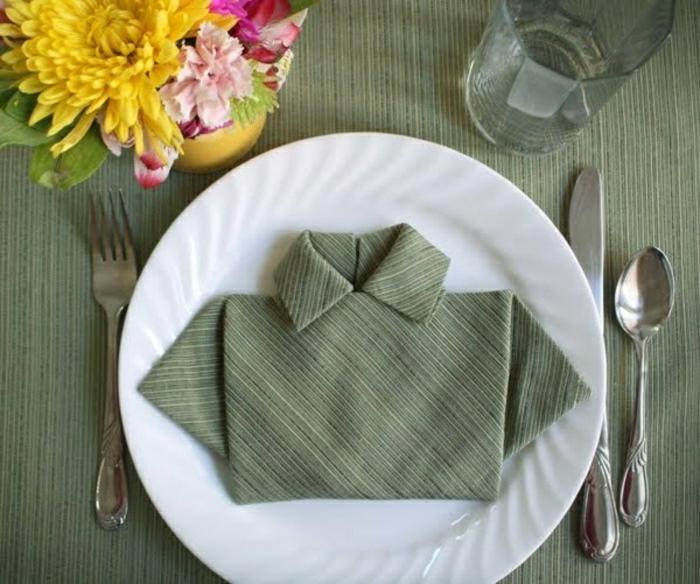 pliage-serviette-en-tissu-vert-pliage-en-forme-de-chemise-mode-de-pliage-serviette