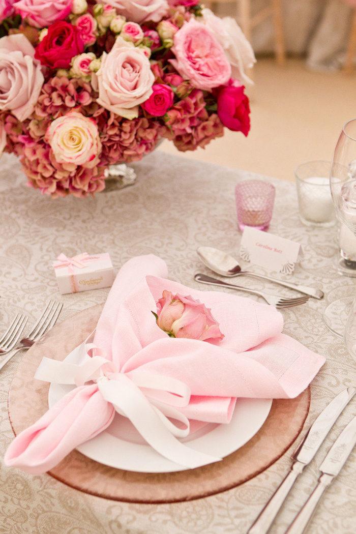 pliage serviette mariage chic, serviette porte fleur rose de couleur rose dans assiette rose en verre et assiette blanche, centre de table fleurs rose